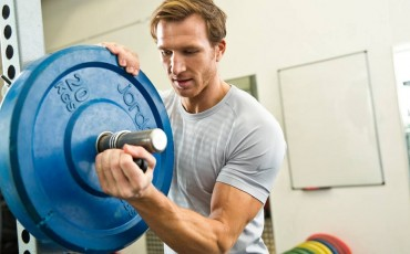 image of maxinutrition sponsored athlete at weight bench