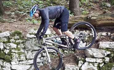 Wiggler Ben auf seinem Charge Mountainbike